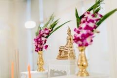 sistema de la tabla del altar en pasillo de la boda efectúe para el lugar que la estatua de Buda para ruega y adore antes comienz foto de archivo libre de regalías