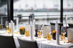 Sistema de la tabla para casarse u otra cena abastecida del evento. Fotos de archivo libres de regalías