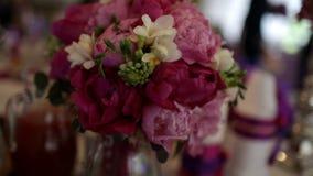 Sistema de la tabla para la cena de boda adornada con las flores metrajes