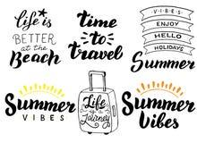 Sistema de la tipografía de las vacaciones de verano Viaje del verano, concepto de las aventuras Tema de las vacaciones que pone  ilustración del vector