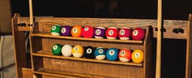 Sistema de las bolas para un juego de los billares de la piscina en estantes Imagen de archivo libre de regalías