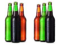Sistema de las botellas de cerveza con descensos escarchados aisladas fotos de archivo