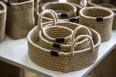 Sistema de las cestas de mimbre de diversos tamaños hechos a mano, una decoración respetuosa del medio ambiente orgánica para el  imágenes de archivo libres de regalías