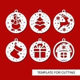 Sistema de las decoraciones de la Navidad - bolas con un árbol de navidad, un muñeco de nieve, ciervos, un regalo, un calcetín y  libre illustration