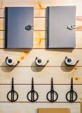 Sistema de las fuentes de escuela en fondo de madera, tijeras, cinta escocesa, cuaderno Foto de archivo
