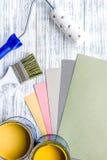 Sistema de las herramientas para pintar en maqueta de madera gris de la opinión superior del fondo de la tabla fotos de archivo libres de regalías