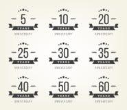 Sistema de las muestras del aniversario, símbolos Cinco, diez, veinte, treinta, cuarenta, cincuenta años del jubileo del diseño d Foto de archivo libre de regalías