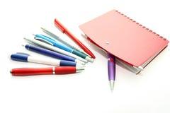 Sistema de las plumas de la oficina y del cuaderno rojo Imagen de archivo libre de regalías