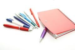 Sistema de las plumas de la oficina y del cuaderno rojo Fotografía de archivo libre de regalías