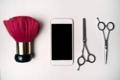 Sistema de las tijeras de la peluquería, del teléfono elegante y del cepillo del cuello Fotos de archivo libres de regalías