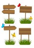 Sistema de letreros de madera en la hierba verde 2 Imágenes de archivo libres de regalías