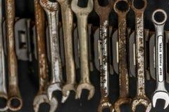Sistema de llaves inglesas y de llaves todo oxidadas excepto la de acero Imagenes de archivo