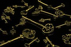 Sistema de llaves de oro antiguas en fondo negro Imagen de archivo libre de regalías