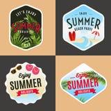 Sistema de logotipo, de insignias, de banderas, de emblema y de los elementos por vacaciones de verano partido de la playa Fotos de archivo