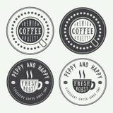 Sistema de logotipos, de etiquetas y de emblemas del café del vintage con la taza, el plato y los granos Fotografía de archivo