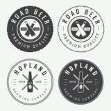 Sistema de logotipos de la cerveza y del pub del vintage, de etiquetas y de emblemas con las botellas Fotografía de archivo