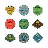 Sistema de logotipos del desierto del vintage emblemas al aire libre diseñados retros dibujados mano de la aventura Ilustración d Foto de archivo