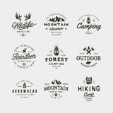 Sistema de logotipos del desierto del vintage emblemas al aire libre diseñados retros dibujados mano de la aventura Ilustración d Fotos de archivo libres de regalías