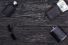 Sistema de los accesorios de los hombres: cartera, frasco, gafas de sol y perfume Fotografía de archivo libre de regalías
