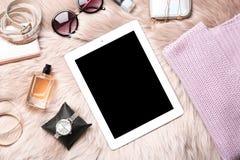 Sistema de los accesorios, del perfume y de la tableta, endecha plana Belleza blogging Foto de archivo libre de regalías