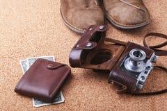 Sistema de los accesorios del ` s de los hombres para el turista en un fondo de madera blanco El concepto de moda, de ocio y de v Imagenes de archivo