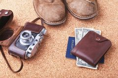 Sistema de los accesorios del ` s de los hombres para el turista en un fondo de madera blanco El concepto de moda, de ocio y de v Foto de archivo