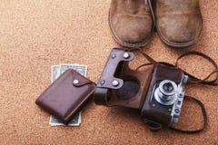 Sistema de los accesorios del ` s de los hombres para el turista en un fondo de madera blanco El concepto de moda, de ocio y de v Fotos de archivo libres de regalías