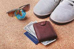 Sistema de los accesorios del ` s de los hombres para el turista en un fondo de madera blanco El concepto de moda, de ocio y de v Fotografía de archivo libre de regalías