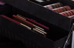 Sistema de los accesorios para el maquillaje en caso cosmético Imagen de archivo