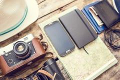 Sistema de los accesorios para el viaje en fondo de madera Imágenes de archivo libres de regalías