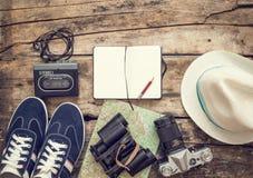 Sistema de los accesorios para el viaje en fondo de madera Imagen de archivo libre de regalías