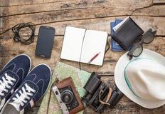 Sistema de los accesorios para el viaje en fondo de madera Fotografía de archivo libre de regalías