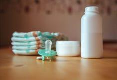 Sistema de los accesorios para los pañales disponibles del bebé, cosas para el cuidado de niños Imágenes de archivo libres de regalías