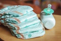 Sistema de los accesorios para los pañales disponibles del bebé, cosas para el cuidado de niños Imagen de archivo libre de regalías