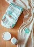 Sistema de los accesorios para los pañales disponibles del bebé, cosas para el cuidado de niños, visión superior Fotografía de archivo