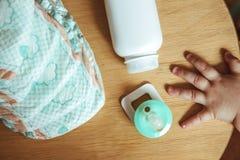 Sistema de los accesorios para los pañales disponibles del bebé, cosas para el cuidado de niños, visión superior Foto de archivo libre de regalías