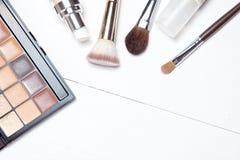 Sistema de los cepillos profesionales del maquillaje y de la paleta cosmética fotos de archivo