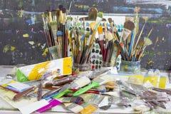 Sistema de los cepillos y de los cuchillos de paleta viejos, nudos del arte de la paleta Las herramientas del ` s del artista Cep Imagen de archivo