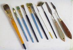 Sistema de los cepillos y de los cuchillos de paleta viejos, nudos del arte de la paleta Las herramientas del ` s del artista Cep Fotos de archivo