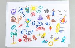 Sistema de los dibujos del niño de diversos accesorios y elementos de las vacaciones de la playa del verano stock de ilustración
