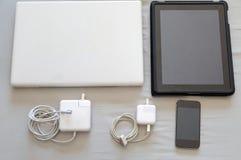Sistema de los dispositivos modernos - ordenador portátil, tableta, cargador y teléfono Foto de archivo