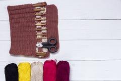 Sistema de los ganchos de ganchillo de bambú, de etiqueta engomada del color y de hilado colorido Fotografía de archivo libre de regalías
