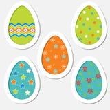 Sistema de los huevos de Pascua coloreados en un fondo blanco Fotos de archivo libres de regalías