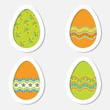 Sistema de los huevos de Pascua coloreados en un fondo blanco Imagen de archivo