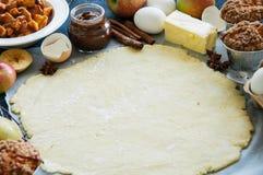 Sistema de los ingredientes para cocer, pasta cruda para la empanada, especias, manzana Fotografía de archivo libre de regalías