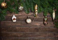 Sistema de los juguetes retros viejos para adornar con la rama de árbol de navidad Fotos de archivo libres de regalías
