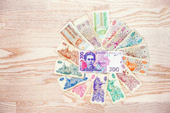 Sistema de los karbovanets de Ucrania de la cuenta con el dinero del hryvnia 200 en de madera Fotos de archivo libres de regalías