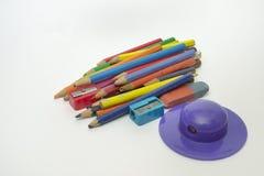 Sistema de los lápices coloreados viejos, sacapuntas en la forma del brimmed fotos de archivo