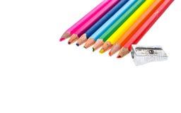 Sistema de los lápices del color y de los sacapuntas rotos usados viejos del metal Foto de archivo