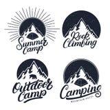 Sistema de los logotipos del vintage al aire libre y de la escalada el acampar, del campamento de verano, emblemas, etiquetas, in libre illustration